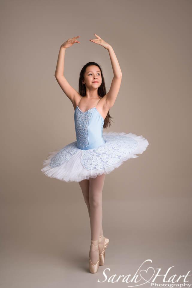 little ballerina enpointe, image taken by Sarah Hart Photography