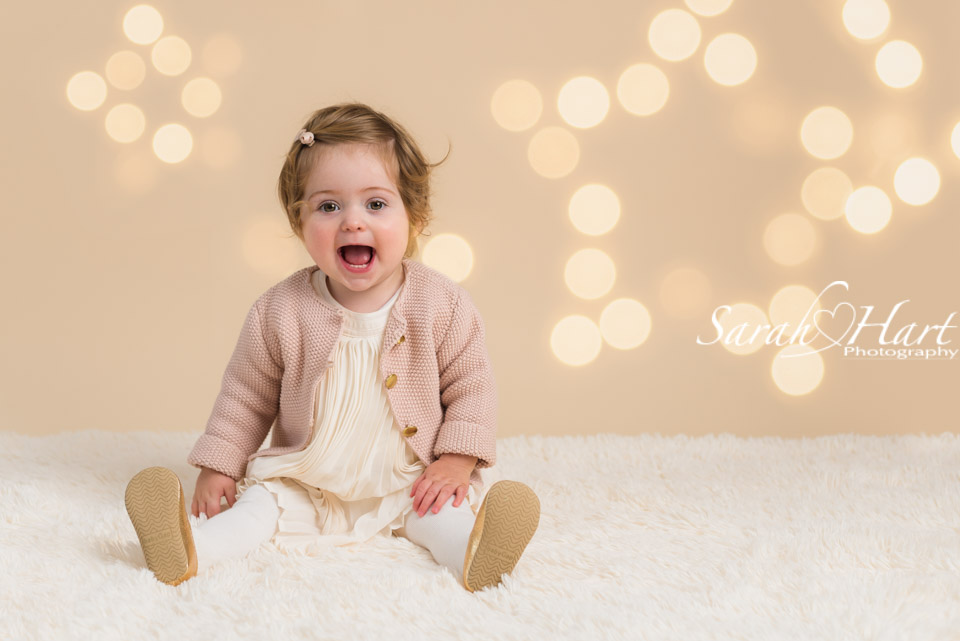 Christmas mini sessions held in kent, cream backdrop and twinkle lights