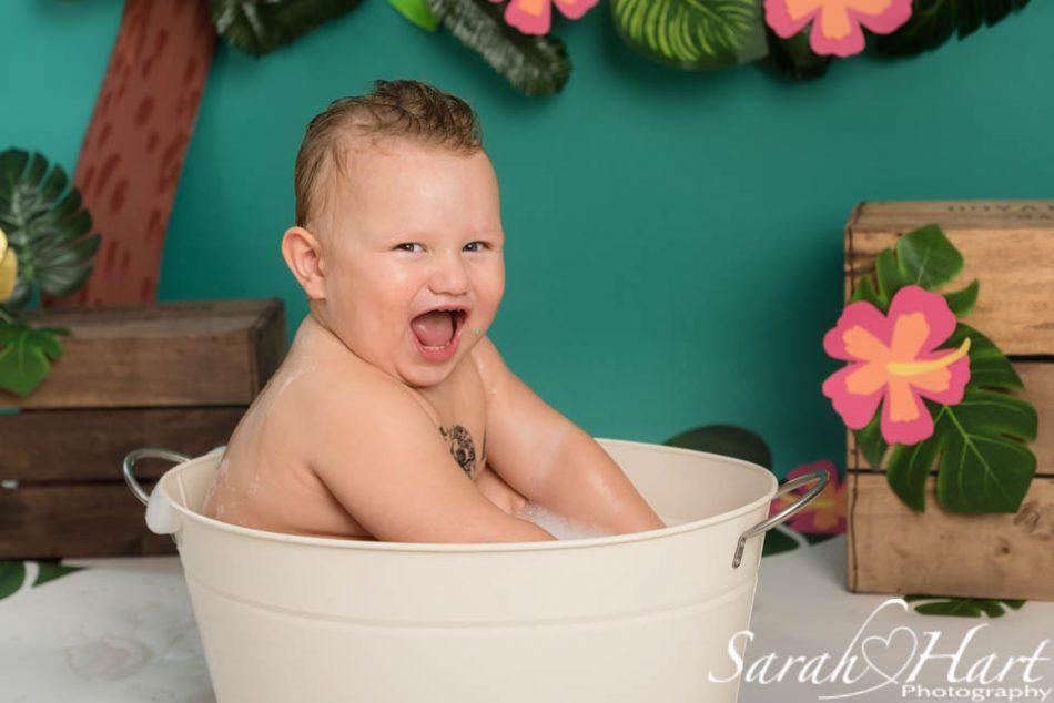 Sevenoaks photographer capture boy in the bath at his cake smash